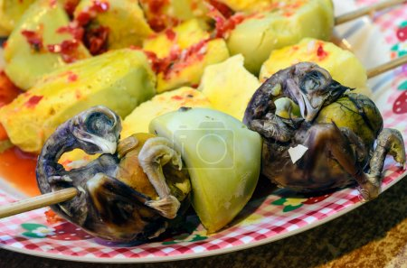 Photo pour Balut développant embryon de poule qui est bouilli et mangé dans la coquille mangée surtout dans les philippines et les pays du sud-est asiatique. - image libre de droit