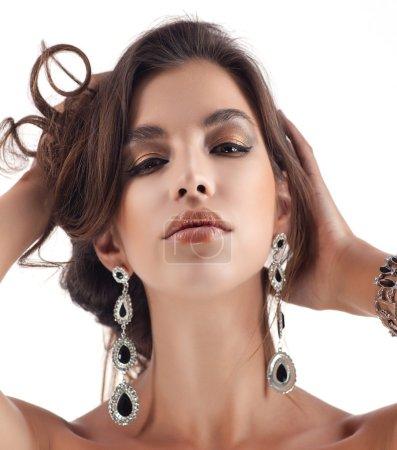 femme aux bijoux boucles d'oreilles
