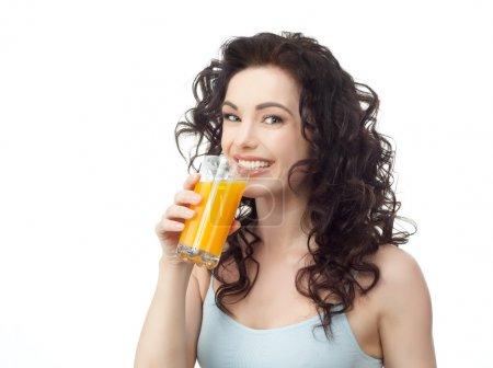 Photo pour Portrait de tête et des épaules de jolie femme caucasienne boit du jus d'orange isolé sur blanc. Studio tourné - image libre de droit