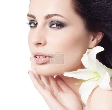 Photo pour Portrait de femme attrayant sur fond blanc - image libre de droit