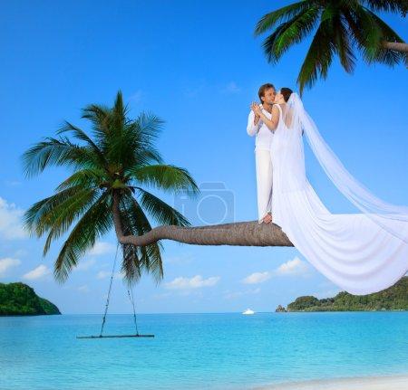 Photo pour Beau couple sur la plage en robe de mariée - image libre de droit