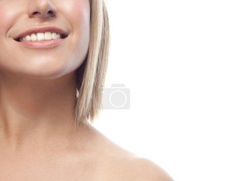 Photo pour Closeup portrait d'attrayant caucasien blond souriant isolé sur blanc studio tourné les lèvres pleines dents sourire visage cheveux tête et des épaules en regardant dent yeux bleu de caméra - image libre de droit