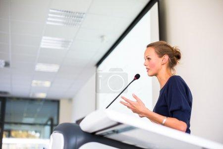 mujer de negocios dando una presentación