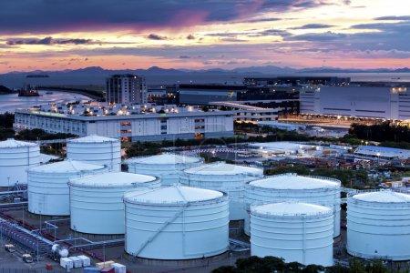 Photo pour Réservoirs de raffinerie de pétrole et de gaz au crépuscule - image libre de droit