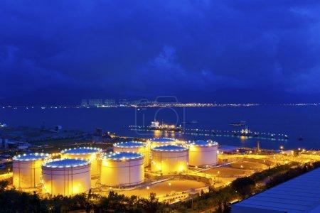 Photo pour Grands réservoirs de pétrole industriels dans une raffinerie la nuit - image libre de droit