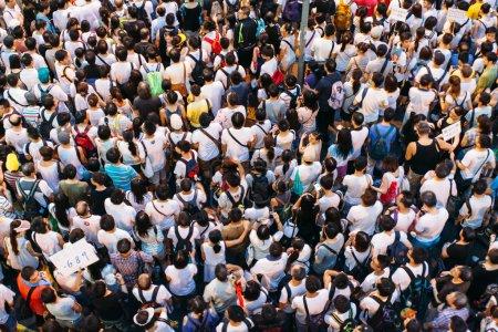 Photo pour Hong kong - le 1 juillet : hong kong gens recherchent une plus grande démocratie comme la frustration grandit sur l'influence de Pékin le 1er juillet 2014 à hong kong. les organisateurs de la protestation ont revendiqué un taux de participation de 510 000 personnes. - image libre de droit