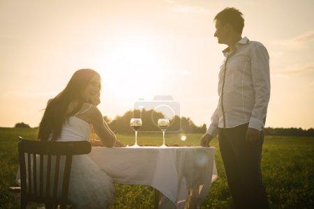 Photo pour Romantique mariage inhabituel sur le terrain de couple amoureux dans des chaussures de gym - image libre de droit