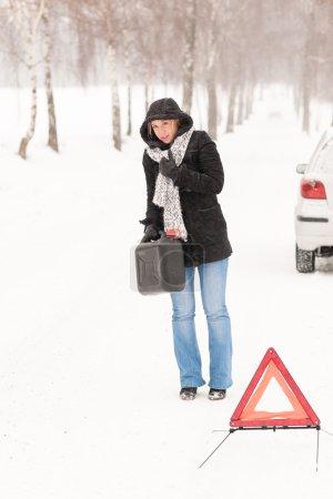 Photo pour Femme marchant avec de l'essence peut voiture neige panne problème hiver - image libre de droit