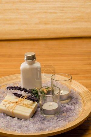 Photo pour Aromathérapie produits cosmétiques lavande avec des bougies sur plateau en bois - image libre de droit