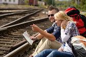 homme direction avec la carte de pointage sur le chemin de fer