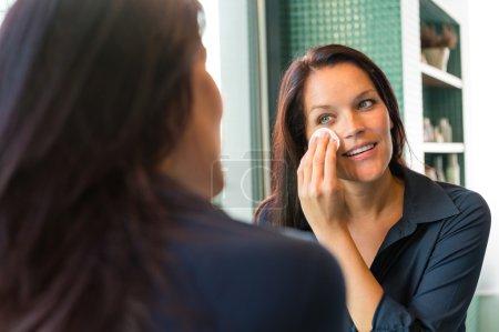 Photo pour Femme joyeuse nettoyage visage coton pads suppression lotion nettoyage de salle de bain - image libre de droit