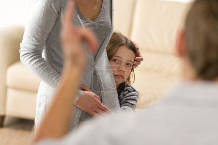 przestraszona dziewczynka, chowając się za jej matka