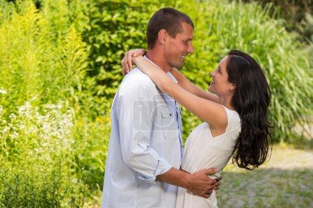 Photo pour Ludique caucasien couple amoureux embrassant à l'extérieur - image libre de droit