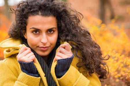 Photo pour Portrait d'une femme tenant son fond de nature automne manteau - image libre de droit