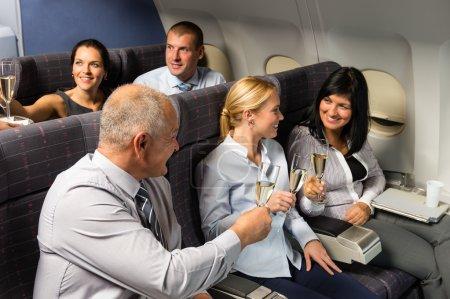 Photo pour Cabine d'avion hommes d'affaires griller avec champagne vol passager - image libre de droit