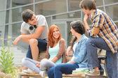 groupe d'amis assis banc à l'extérieur collège