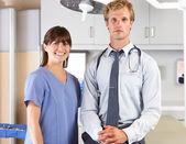 Portrét lékař a sestra v ordinaci lékaře