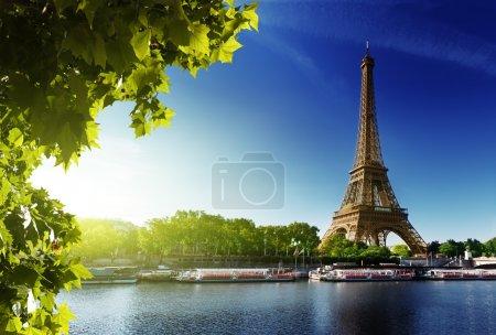 Foto de Seine en París con la torre de eiffel en tiempo del amanecer - Imagen libre de derechos