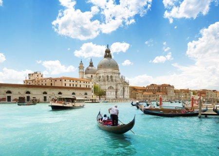 Foto de Gran canal y la Basílica santa María della salute, Venecia, Italia y soleado día - Imagen libre de derechos