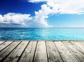 Karib-tenger és a fából készült emelvény