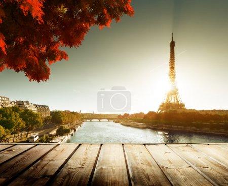 Photo pour Table de terrasse en bois et tour Eiffel en automne - image libre de droit