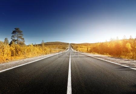 Photo pour Route dans les montagnes du Nord en automne - image libre de droit