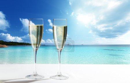 Photo pour Champagne Lunettes sur la plage - image libre de droit