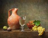 Zátiší s bílým vínem