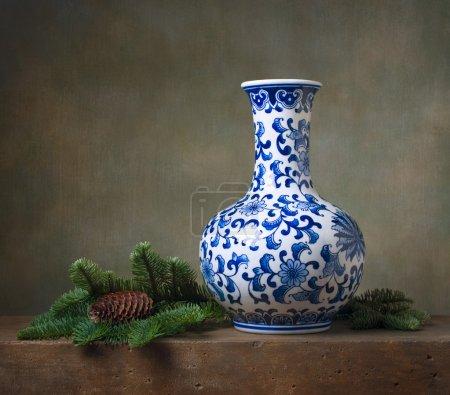 Photo pour Nature morte avec vase chinois et branches de sapin - image libre de droit