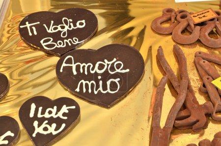 Photo pour Coeurs de chocolat réalisés par le pâtissier pendant Cioccolentino, célébration de la Saint-Valentin à Terni, Ombrie, ville italienne. Saint Valentin est le patron de Terni . - image libre de droit