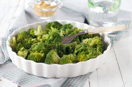 Photo pour Plat de brocoli cuit, mise au point sélective - image libre de droit