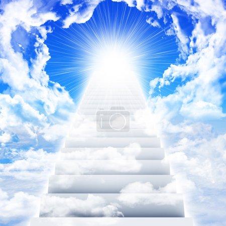 Photo pour Escaliers dans le ciel avec nuages et soleil. Contexte conceptuel - image libre de droit