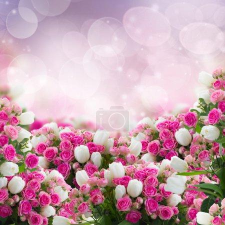 Foto de Manojo de Rosas frescas y flores tulipanes blancos sobre fondo bokeh - Imagen libre de derechos