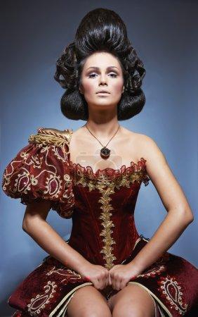 Photo pour Portrait de la jeune femme dans une robe magnifique - image libre de droit
