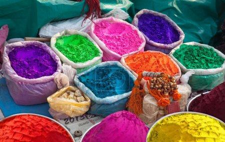 Photo pour Indiennes poudres colorées pour la fête de holi en Inde - image libre de droit