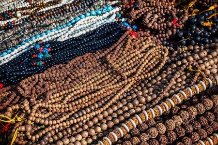 Photo pour Mala de prière dans la boutique de la place Durbar à Katmandou, Népal - image libre de droit