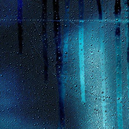Photo pour Déplacer l'eau tombe sur le verre - image libre de droit