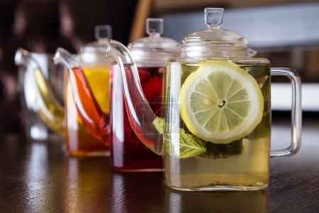 drei quadratische Teekannen mit verschiedenen Fruchtgeschmack von Tee
