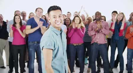 Multi etnické lidé stojí dohromady