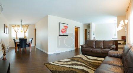 Photo pour Salon Design d'intérieur dans une nouvelle maison - image libre de droit
