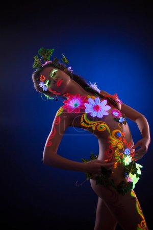 Model with luminescent body art