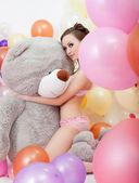 Bild sexy schlanke Frau umarmt großen Teddybär