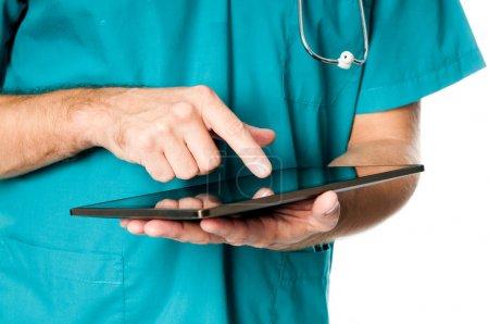 Photo pour Mains du médecin utilisant un ordinateur tablette - image libre de droit