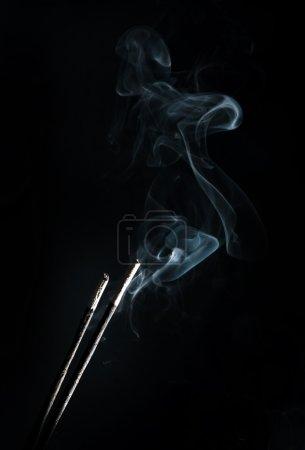 Photo pour Encens avec fumée sur fond noir - image libre de droit