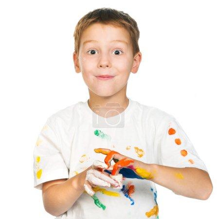 Photo pour Mignon petit garçon avec des peintures isolées sur fond blanc - image libre de droit