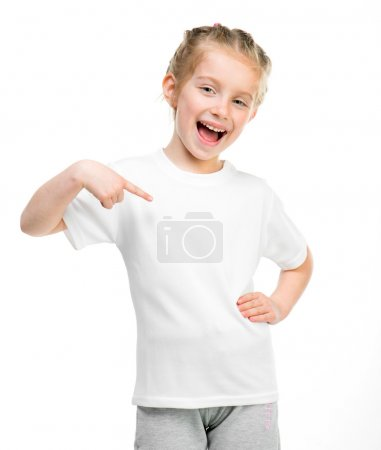 Photo pour Petite fille souriante en t-shirt blanc sur fond blanc - image libre de droit