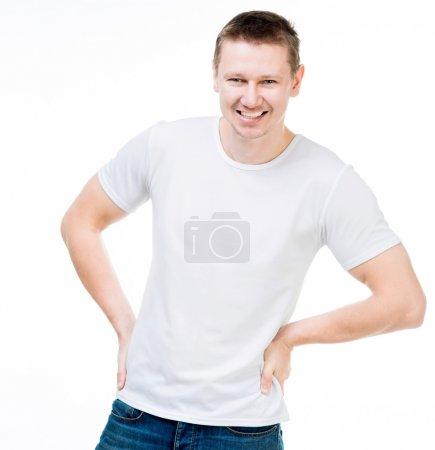 Foto de Joven sonriente en una camiseta blanca, aislada sobre fondo blanco - Imagen libre de derechos