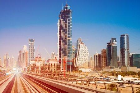 Photo pour Ligne de métro moderne sur le paysage urbain de Dubaï - image libre de droit
