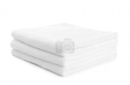 Photo pour Pile de serviettes blanches isolées sur blanc - image libre de droit