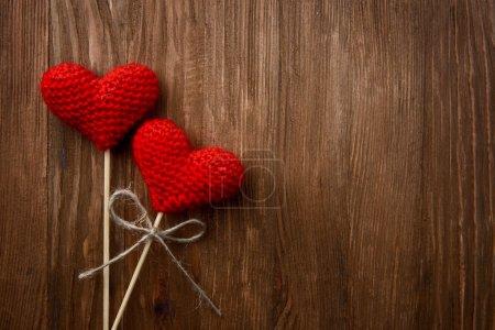 rote Herzen auf hölzernem Hintergrund